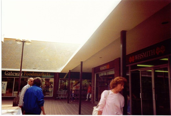 Photo:W H SMITH / GATEWAY - 1990