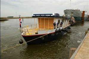 Photo:The Houseboat under tow