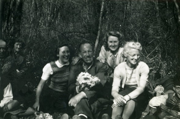 Photo:Marcia Stapley & Bert Lillywhite in centre, others unknown