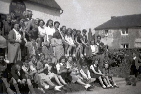 Photo:Rose Cottage Inn, Alciston, late 1940s. Did ALL these people go on Bert's Easter Walk the day this was taken?