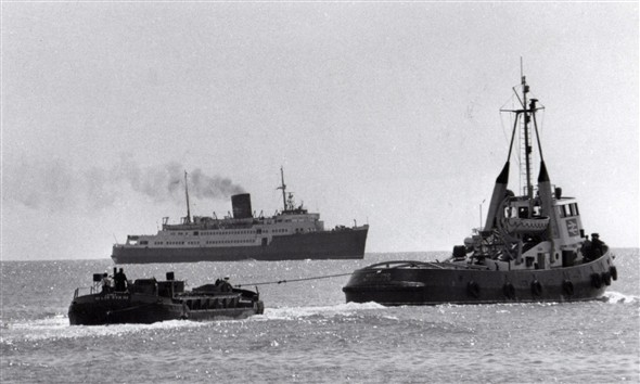 Photo:Invicta arrives off Newhaven and waits for Meeching to tow out her mud barge.